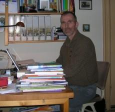 Peter aan het werk met boek 1